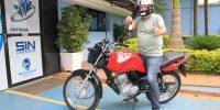 Ganhador da moto 0km do Dia do Comerciário retira o prêmio na Sede Administrativa
