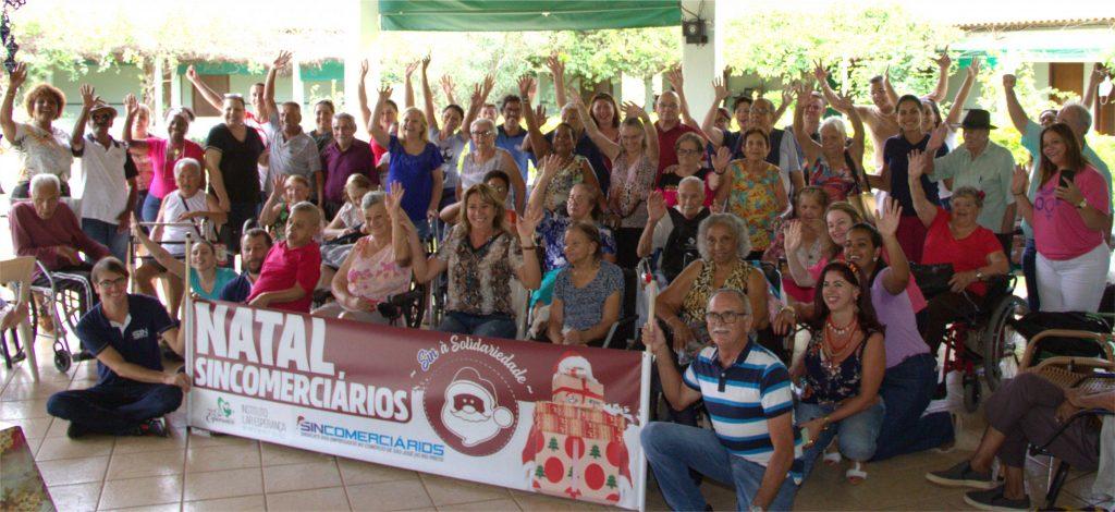 Funcionários e idosos reunidos em ação especial de Natal