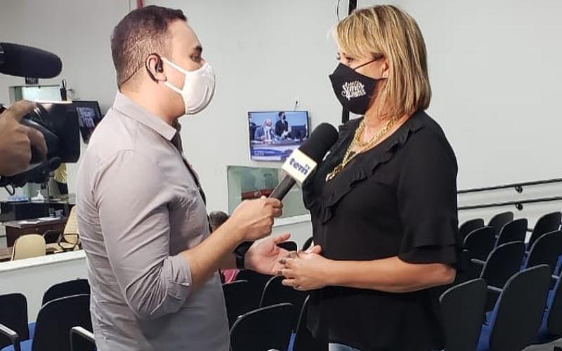 Márcia dá entrevista na Câmara: vitória repercutiu na imprensa da região.