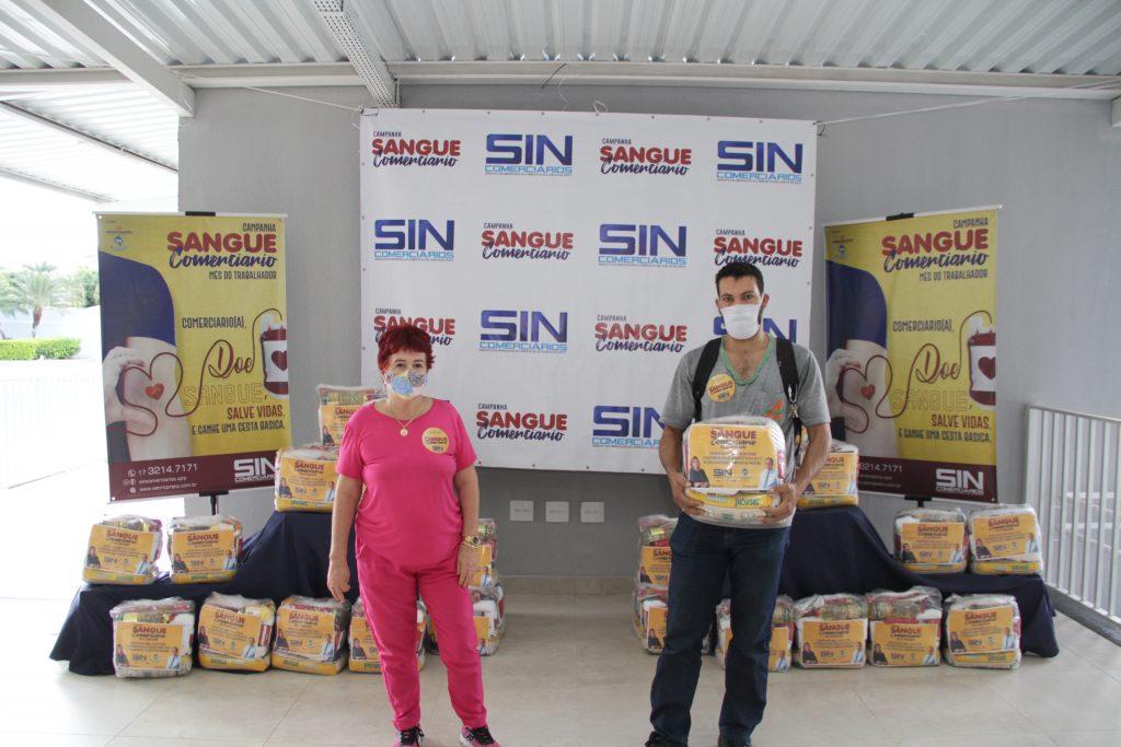 Diretora Marina Davanço acompanhou a entrega das cestas