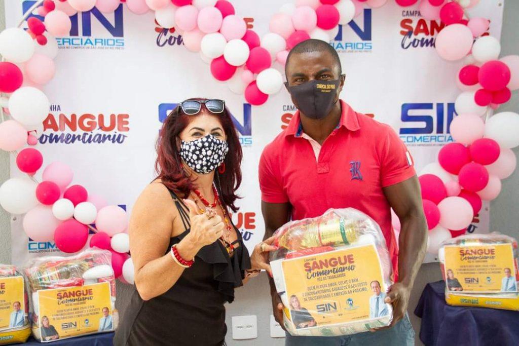 Vice-presidente Selma Ferrassoli entregou a cesta ao comerciário Jailson Rodrigo, que trabalha na empresa AgroRio